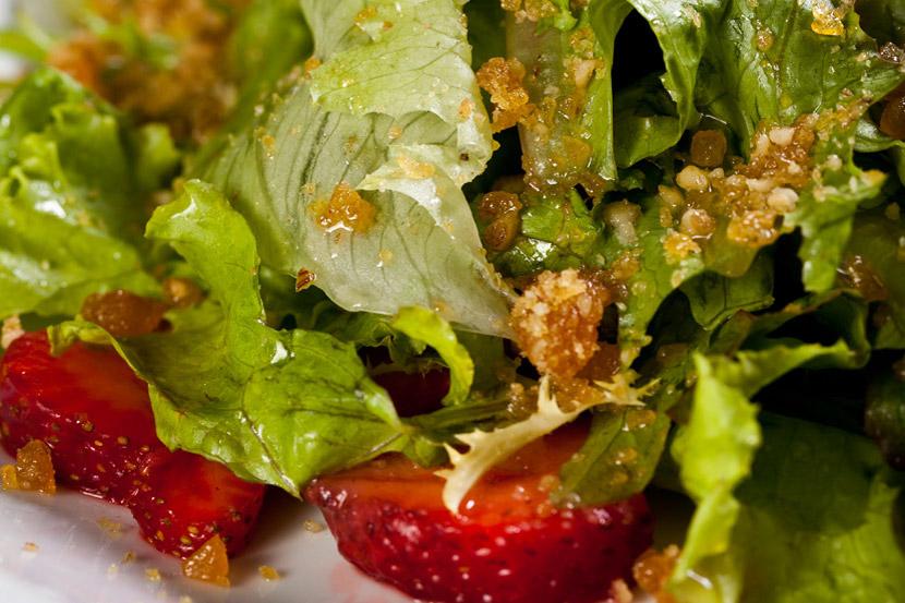 Salada verde com frutas e crocante de nozes